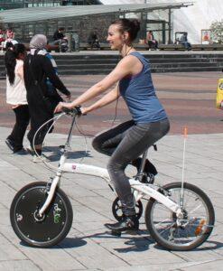 Femme avec roue électrique Rollin